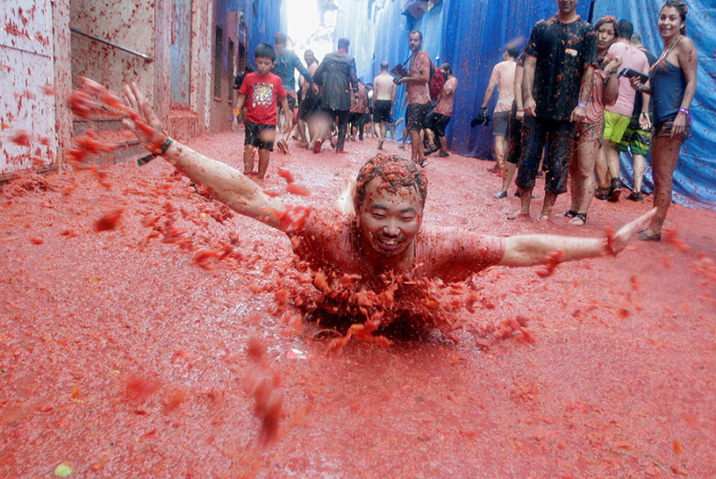 Annual tomato fight  Valencia  Spain
