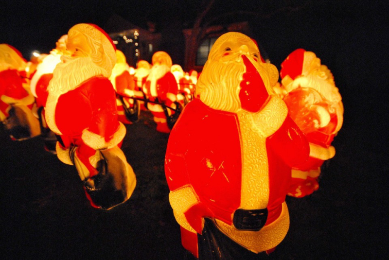 300 Santas on somebody's lawn