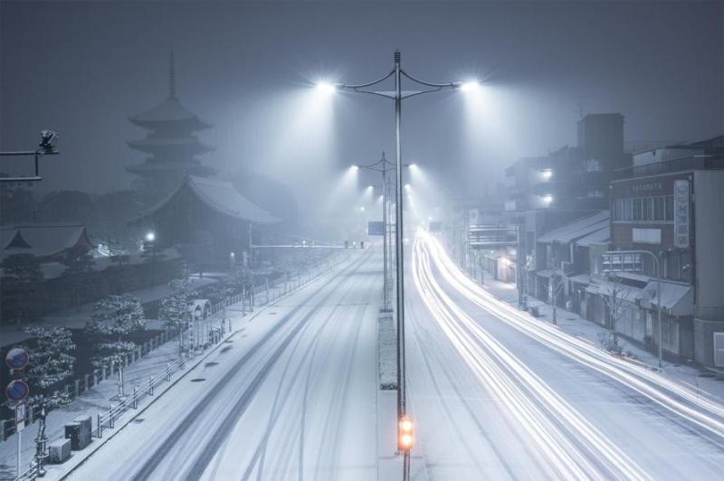Quiet  snowy night in Kyoto