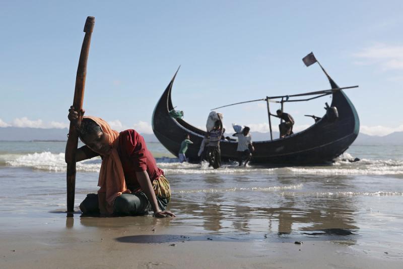 Refugees from Burma reach the shore of Bangladesh